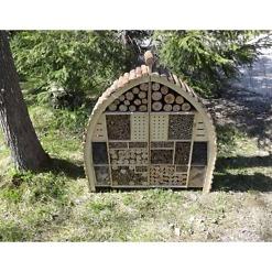 Hyönteishotelli 103x110 cm tarjoaa tarpeellisia pesimä- ja talvehtimispaikkoja hyödyllisille hyönteisille ja pölyttäjille