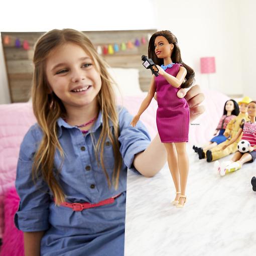 Uutisankkuri Barbie leikissä