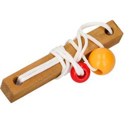 Puinen pulmapeli punainen ja keltainen pallo