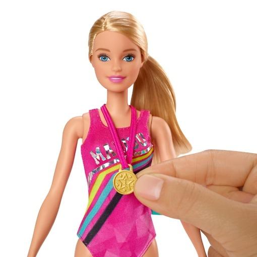 Koiranpentu ja uimari Barbie